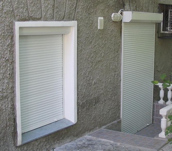 Пример монтажа жалюзи - роллет (рольставен) в проем (в окне) и на проем (на дверях)